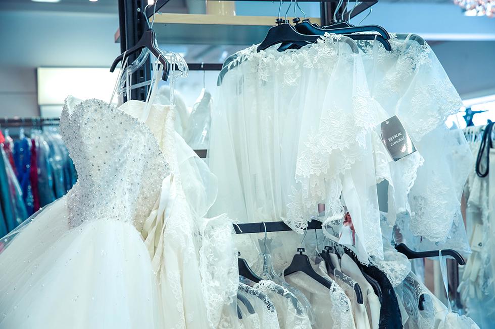9fea96e23f2e Så i lördags åkte hon och jag till Helsingborg för att starta resan genom  att prova brudklänningar.
